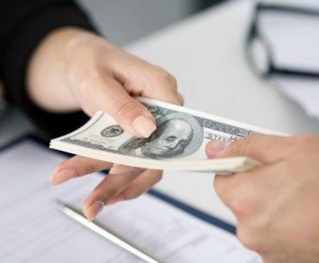 Fugi de bani, sau după bani?